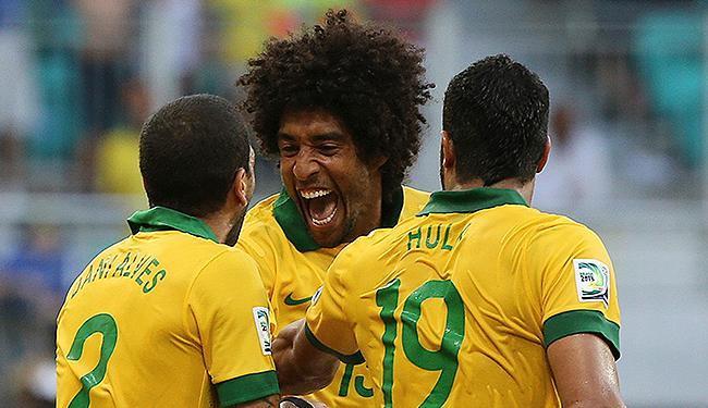 Com Daniel, e Hulk, Dante (C) comemora seu gol marcado na Fonte, durante a Copa das Confederações - Foto: Paulo Whitaker l Reuters