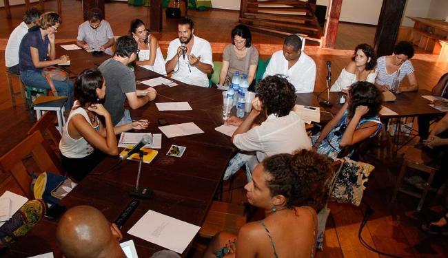 Artistas residentes, curadores e outros colaboradores no encontro realizado no Casarão do MAM - Foto: Joá Souza | Ag. A TARDE