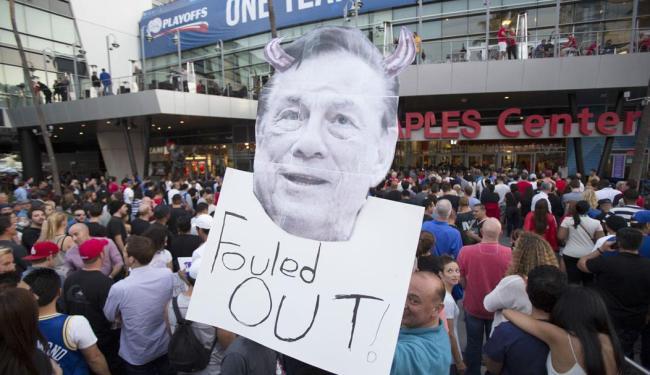 Torcedores protestam contra Donald Sterling - Foto: Agência Reuters