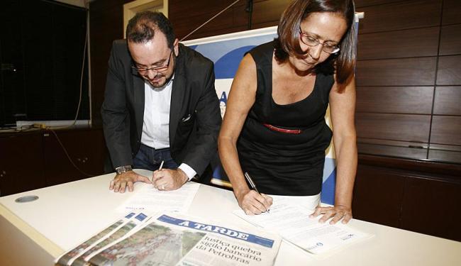Edmilson Vaz, diretor de A TARDE, e Lurdinha Viana, do Oficina, assinam convênio - Foto: Fernando Amorim | Ag. A TARDE