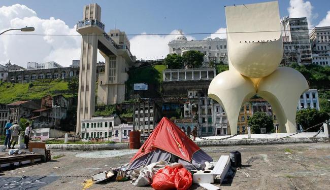 Elevador Lacerda foi reformado, mas nota-se entulho acumulado na rampa do Mercado - Foto: Marco Aurélio Martins | Ag. A TARDE