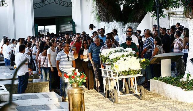 Clima de tristeza no momento da saída do caixão - Foto: Margarida Neide   Ag. A TARDE
