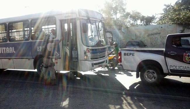 Ônibus da Vitral sai escoltado no bairro de Plataforma - Foto: Alden Silva | Cidadão Repórter