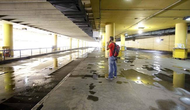 Solitário na Lapa, usuário fala ao celular na estação sem coletivos - Foto: Edilson Lima | Ag. A TARDE