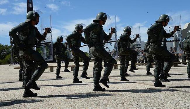 Militares que atuarãono Mundial desfilam durante a cerimônia de troca da Bandeira Nacional - Foto: José Cruz l Agência Brasil