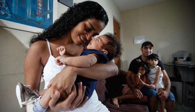 Dona de casa Fabíola Costa está satisfeita com parto humanizado do filho Heitor - Foto: Raul Spinassé | Ag. A TARDE