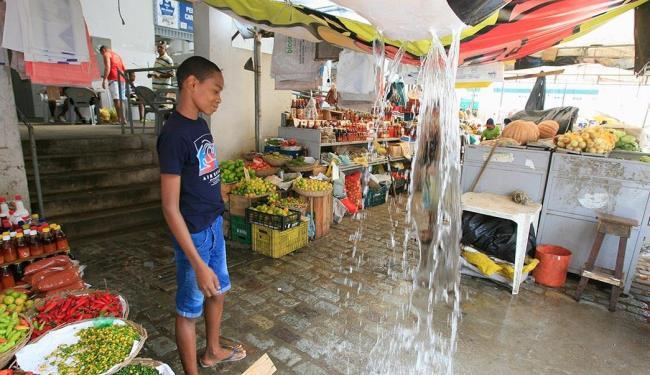 Goteiras e alagamentos têm afastado clientes e prejudicado comerciantes - Foto: Joá Souza | Ag. A TARDE
