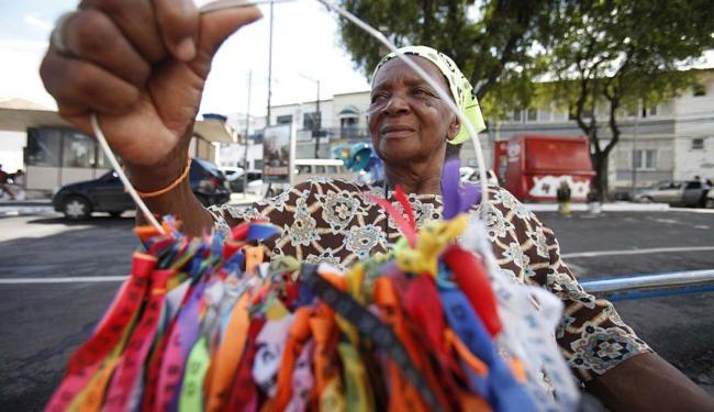 A vendedora de fitinhas Maria da Conceição ainda trabalha com modelo em poliéster - Foto: Edilson Lima | Ag. A TARDE