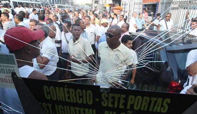 Três ônibus foram depredados no largo das Sete Portas, alguns tiveram os pneus esvaziados - Foto: Lúcio Távora | Ag. A TARDE