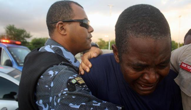 Colegas choram morte de ex-comandante da Guarda em Feira - Foto: Luiz Tito | Ag. A TARDE