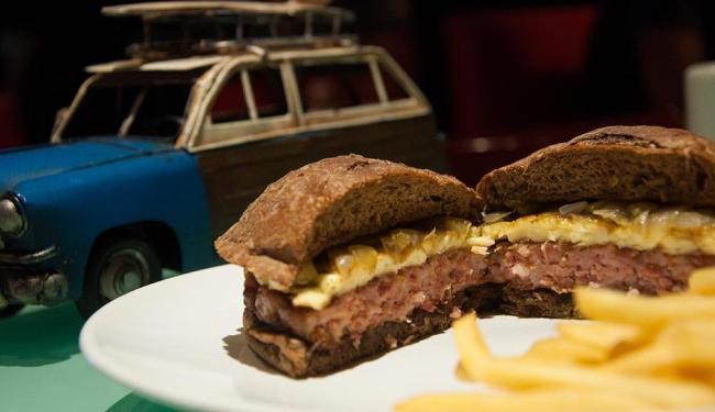 Hambúrguer de carne de fumeiro com queijo coalho, cebola confitada no melaço, servidos no pão - Foto: Savana Caldas | Divulgação