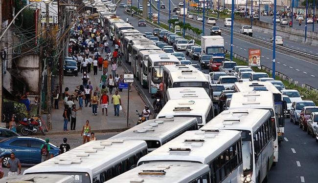 Ônibus parados travam o trânsito na Av. Heitor Dias - Foto: Fernando Vivas   Ag. A TARDE