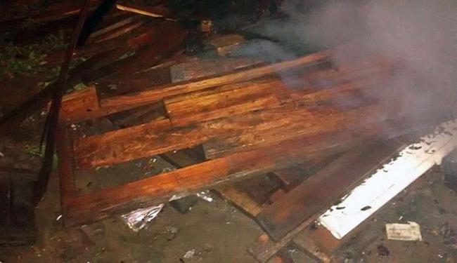 Crianças estavam em barracos de madeira que foram atingidos pelas chamas - Foto: Reprodução | Site Verdinho Itabuna