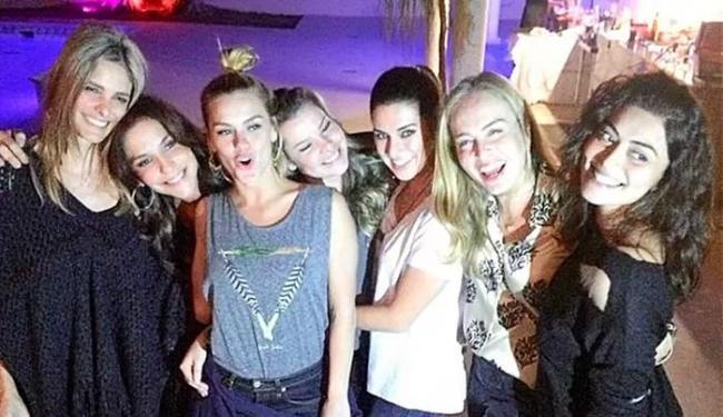 Angélica, Carolina, Fernanda, Fernanda e Juliana organizaram a festa para a cantora - Foto: Instagram | Reprodução