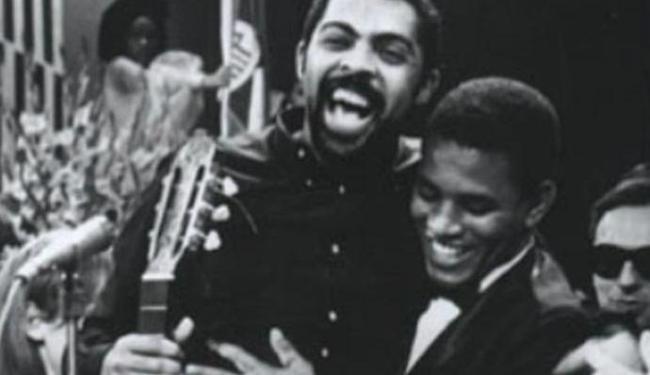 Foto postada por Gilberto Gil no Twitterl, em que aparece abraçado com Jair Rodrigues - Foto: Reprodução