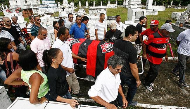 O corpo de Janjão, como era conhecido entre amigos, foi sepultado em sua cidade natal - Foto: Fernando Amorim   Ag. A TARDE