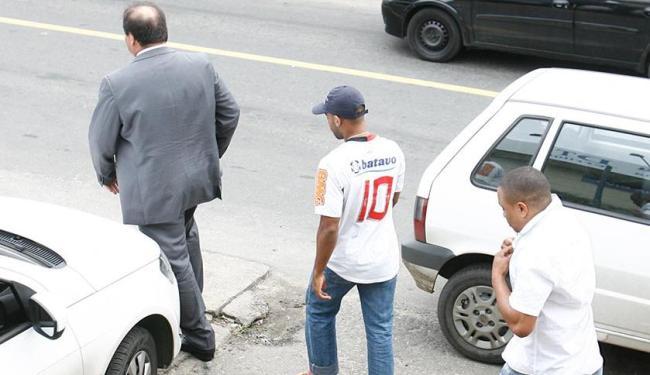 Jonas e Jutair seguem o advogado ao sair da delegacia. Vítima diz que faltam peças - Foto: Fernando Amorim | Ag. A TARDE