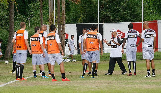 Jorginho conversa com os jogadores em seu primeiro treino no clube - Foto: Marco Aurélio Martins l Ag. A TARDE
