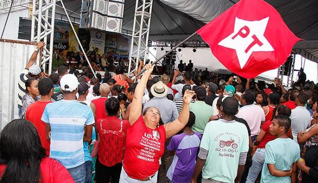 Funcionária da prefeitura veste camisa e carrega bandeira do PT durante inauguração de campus - Foto: Joá Souza | Ag. A TARDE