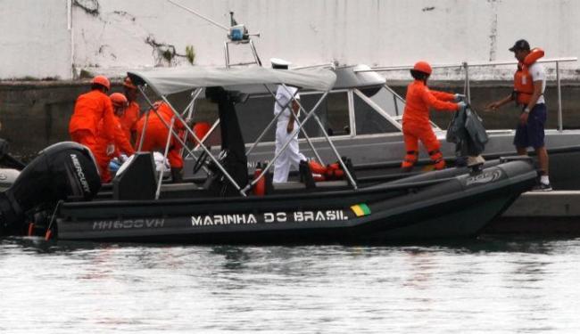 Mergulhadores estão devidamente equipados contra contaminação no local das buscas - Foto: Lúcio Távora | Ag. A TARDE