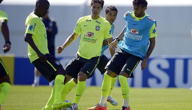 Neymar na disputa de bola com Ramires e Hernanes - Foto: Alexandre Loureiro   VIPCOMM