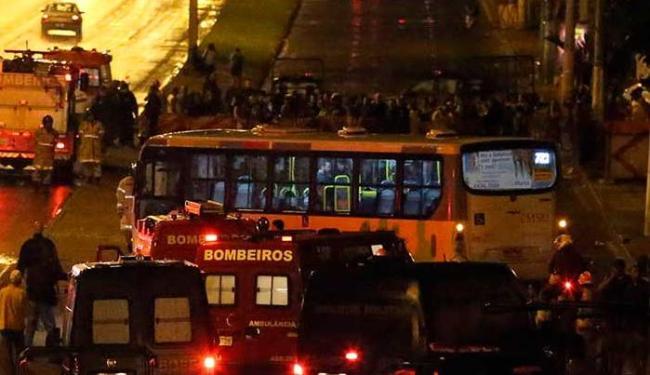 O ônibus ficou atravessado na via marginal da Av. Brasil - Foto: FÁBIO MOTTA/ESTADÃO CONTEÚDO