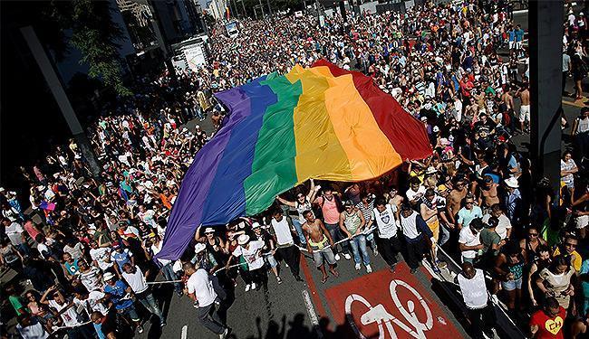 Simpatizantes e militantes abriram uma grande bandeira nas chegada da Av. Paulista - Foto: Nacho Doce l Reuters