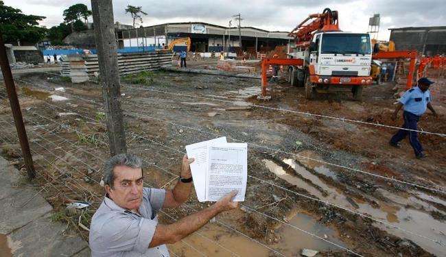 O proprietário Paulo Assis está impedido de entrar na área dos galpões - Foto: Fernando Amorim | Ag. A TARDE