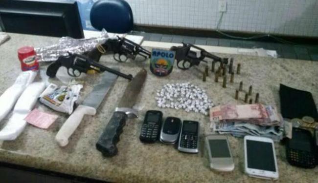 Também foram encontrados três revólveres calibre.38, com seis munições cada e R$ 125,75 - Foto: Ascom | Polícia Militar