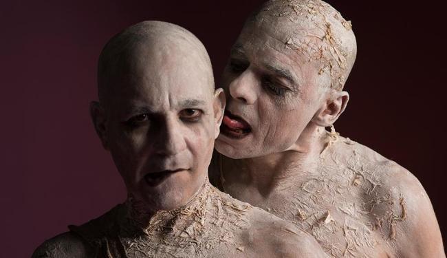 Os atores Marcelo Praddo e Bertrand Duarte em cena da peça - Foto: Almir Jr. | Divulgação