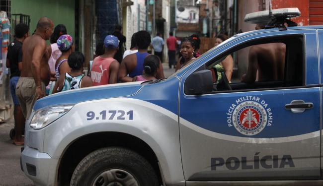 Em frente à casa do PM vizinhos observam trabalho da polícia - Foto: Edílson Lima   Ag. A TARDE