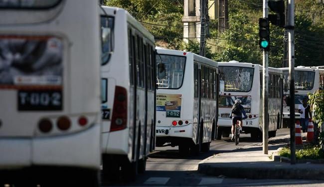 Ônibus voltam a circular pelas ruas de Salvador - Foto: Raul Spinassé | Ag. A TARDE