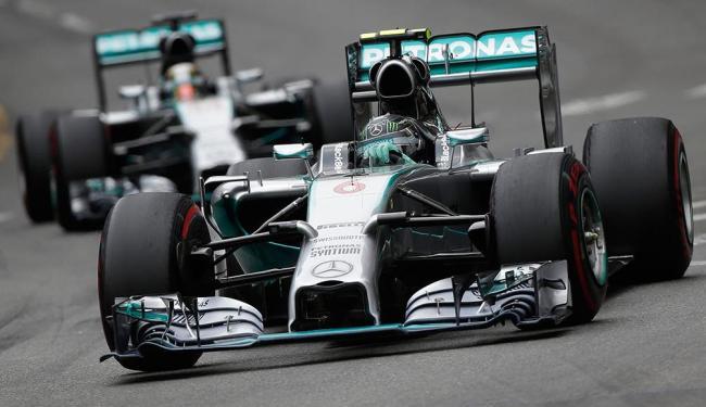 Corrida foi marcada por disputa entre Rosberg e Hamilton - Foto: Agência Reuters