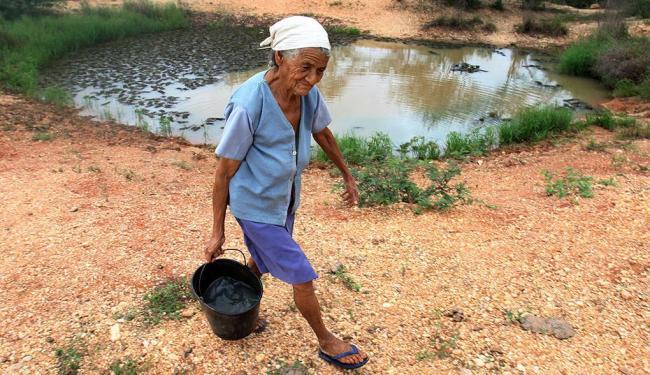 Dona Valdomira cozinha com a água que colhe em poço do distrito de Cascalheira (Sítio do Quinto) - Foto: Lúcio Távora | Ag. A TARDE
