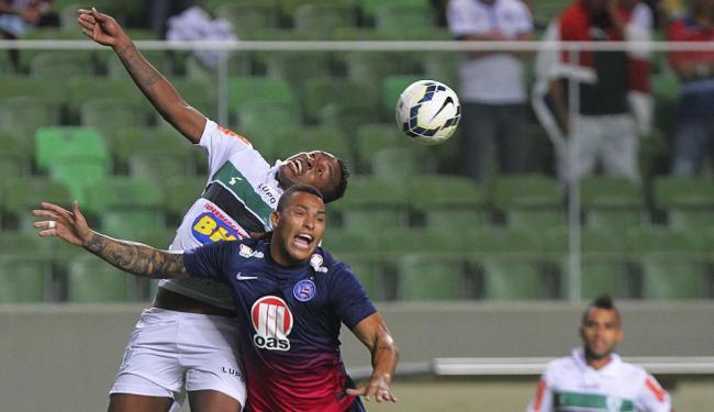 Titi e Obina disputam bola no alto em jogo que teve muito contato físico e pouco futebol no chão - Foto: Denilton Dias | Estadão Conteúdo