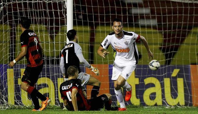 Zagueiro Réver comemora o 3º gol do Atlético-MG na partida, após cruzamentos na área rubro-negra - Foto: Eduardo Martins   Ag. A TARDE