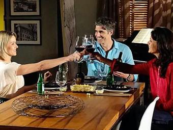 A indecisão de Cadu fará com que ele saia com Sílvia e Verônica juntas: amor em dose dupla - Foto: Divulgação   TV Globo