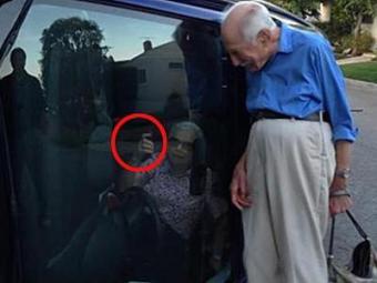 Enquanto aguarda o resgate, casal registra o momento - Foto: Reprodução | NY Daily News