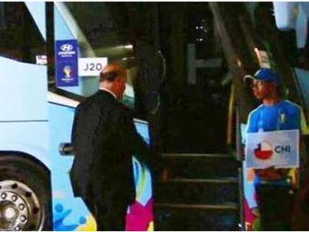 Abalado com o resultado do jogo, o técnico da Espanha erra o ônibus - Foto: Reprodução   O Povo