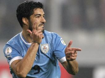 Luis Suárez no lance mais polêmico da partida contra a Itália - Foto: Ag. Reuters
