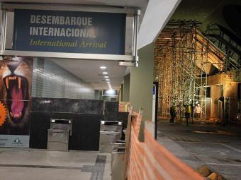Os passageiros são obrigados a atravessar pelo canteiro das obras de requalificação - Foto: Lúcio Távora   Ag. A TARDE