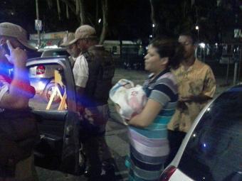 Policiais levam mulher e criança para maternidade - Foto: Rubens Carvalho | Cidadão Repórter
