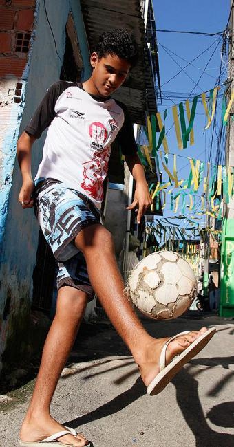 Com a camisa do Vitória, o 'sortudo' Augusto Miguel esbanja categoria na rua onde mora, em Pero Vaz - Foto: Joá Souza | Ag. A TARDE