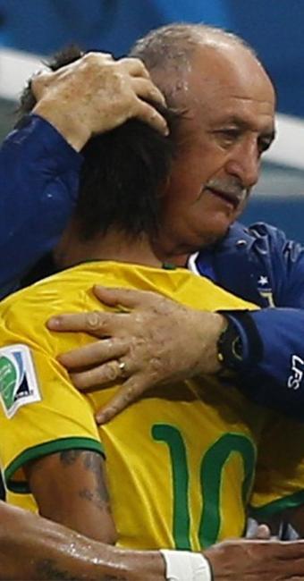 Neymar abraça o técnico Felipão após marcar o gol de empate - Foto: Ivan Alvarado l Reuters