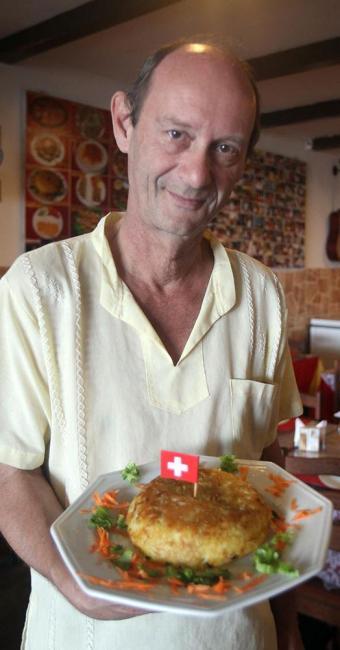 Kurt apresenta a batata suíça, tradicional na culinária do país - Foto: Lúcio Távora   Ag. A TARDE