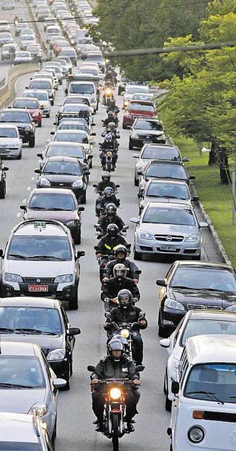 Sindicato diz que país tem cerca de 2 milhões de pessoas que trabalham sobre moto - Foto: Paulo Whitaker   Ag. Reuters