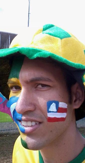 Jeferson Marinho pintou o rosto com as cores da Bahia e do Brasil - Foto: Daniel Dórea | Ag. A TARDE