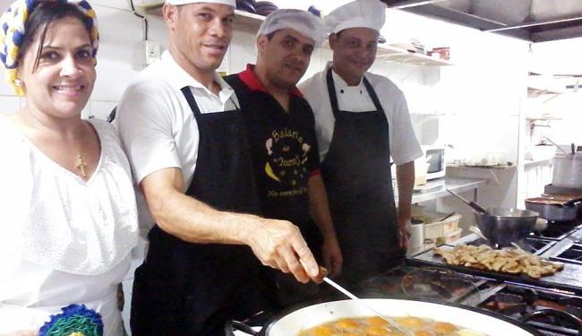 Anailda, Antônio, o dono Odair e o chef Zé Luís na cozinha - Foto: Daniel Dórea | Ag. A TARDE