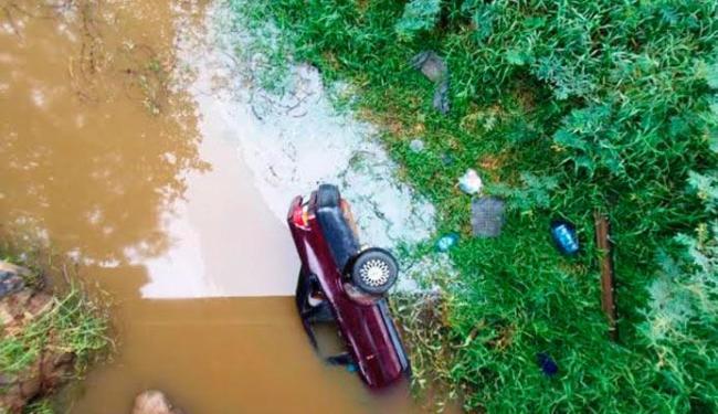 Carro caiu no rio e pai e filho não conseguiram sair a tempo - Foto: Reginaldo Spinola | Site www.itambeagora.com