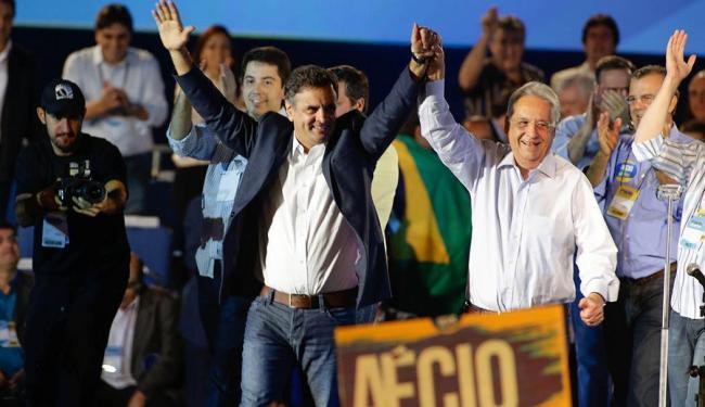Aécio Neves e Fernando Henrique Cardoso mostram entusiasmo na convenção Nacional do PSDB - Foto: Gabriela Bilô | Agência Estado